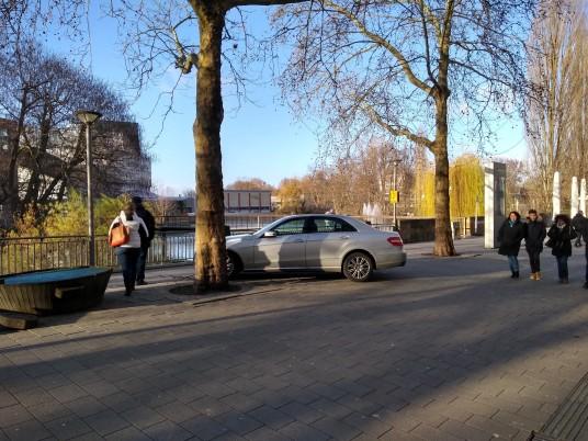 Parkendes Auto auf der Neckarpromenade